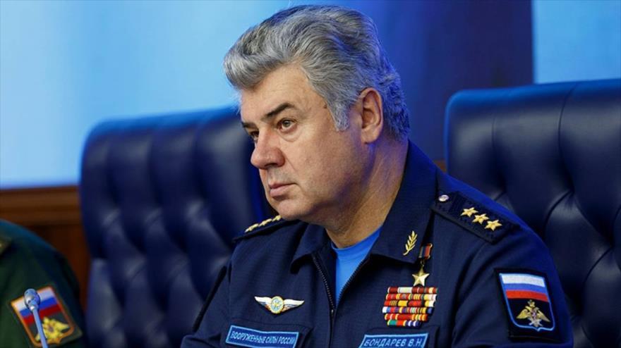 Victor Bondarev, jefe del Comité de Defensa y Seguridad del Consejo de la Federación rusa, se reúne con altos militares rusos.