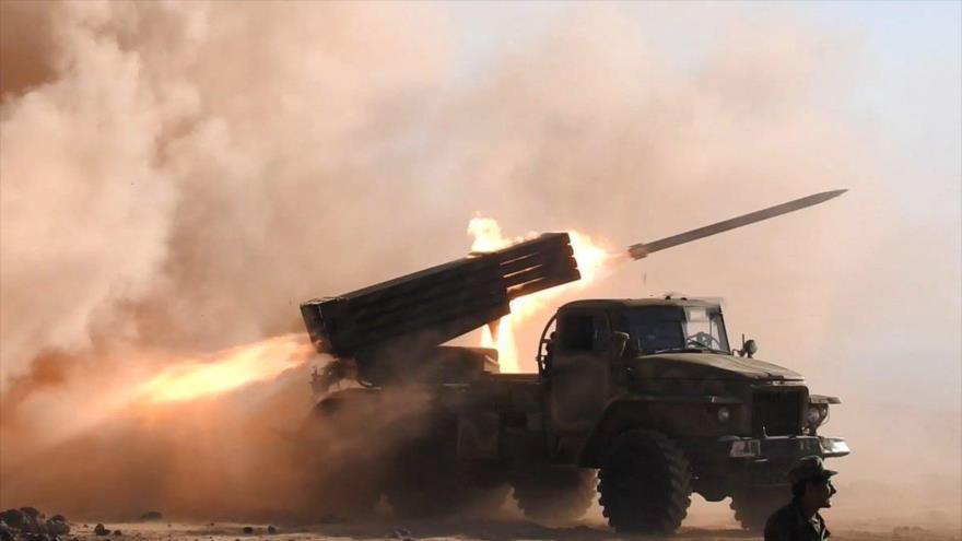 El Ejército sirio lanza misiles contra los terroristas de Daesh en el desierto de Al-Badia, al este de la ciudad de Palmira, 20 de junio de 2018.