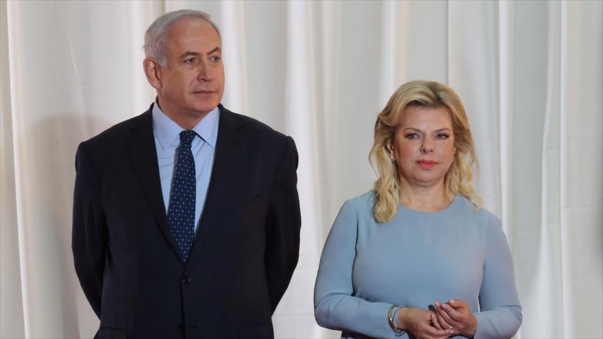 El primer ministro israelí, Benjamín Netanyahu (izq.) y su esposa Sara en la oficina del premier en Al-Quds (Jerusalén), 6 de junio de 2017.