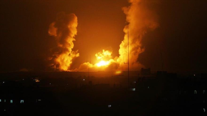 Una columna de humo y fuego se levanta de un área en la ciudad de Gaza por ataque de aviones israelíes.