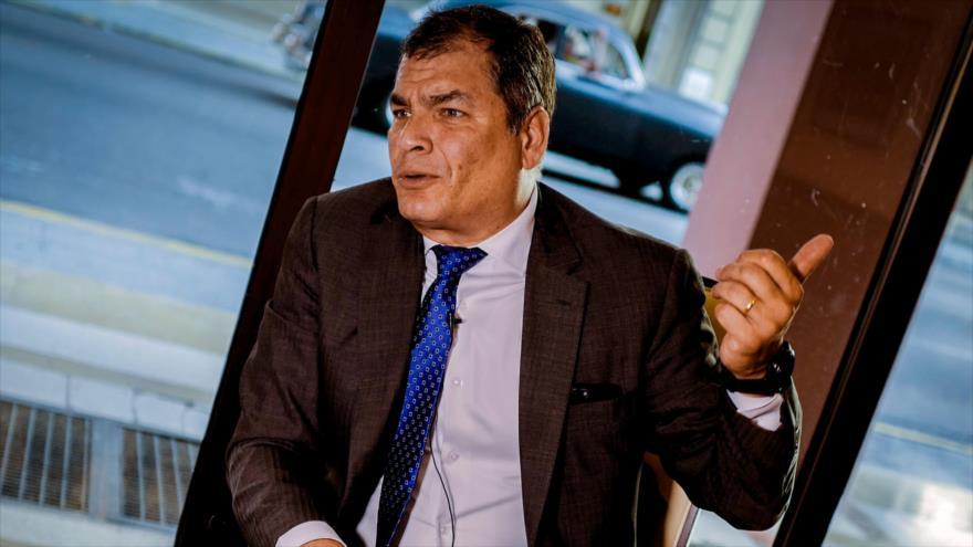 El expresidente ecuatoriano Rafael Correa, habla durante una entrevista en La Habana, Cuba, 20 de abril de 2018.
