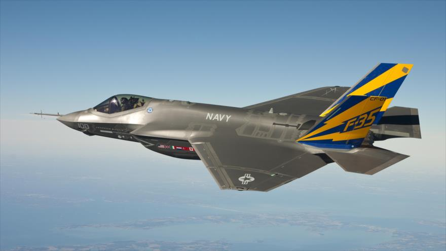 Un avión de combate F-35 de fabricación estadounidense en pleno vuelo.