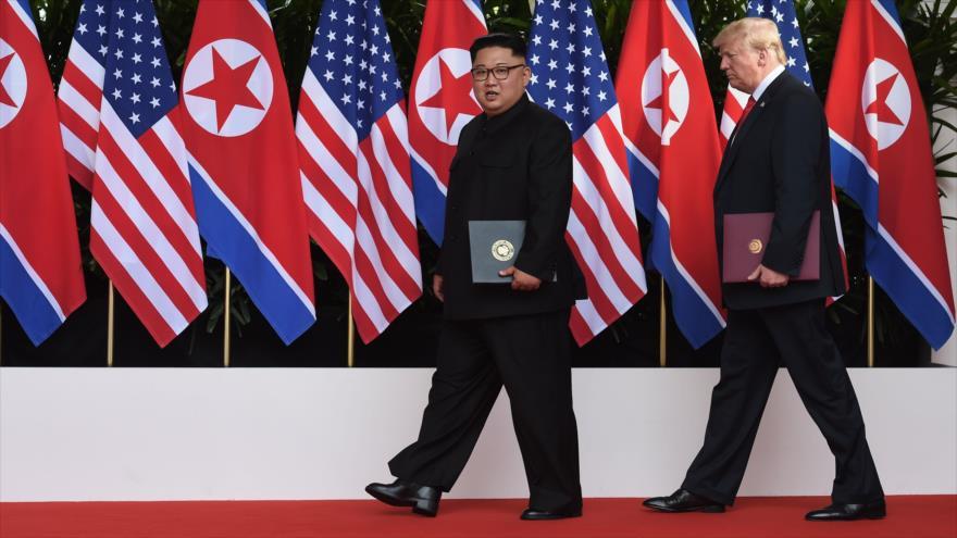 El presidente de EE.UU., Donald Trump (dcha.), y el líder norcoreano, Kim Jong-un, Singapur, 12 de junio de 2018.