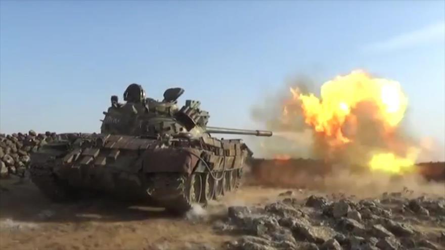 Tanque del Ejército sirio dispara contra posiciones de los terroristas en el centro del país.