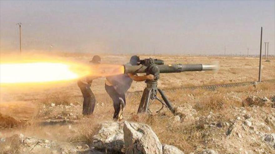 Dos integrantes del grupo terrorista EIIL (Daesh, en árabe) lanzan un misil Tow, de fabricación estadounidense en Siria.