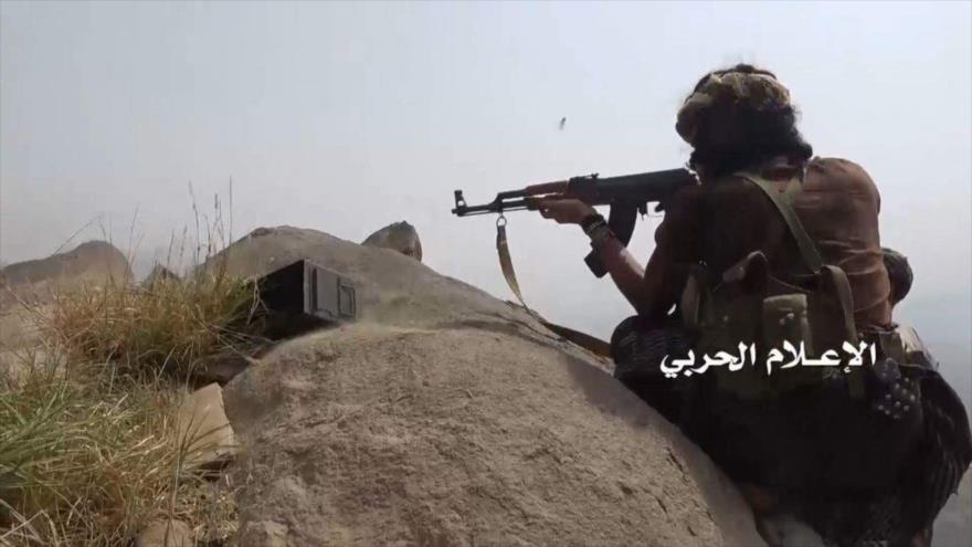 Un francotirador del movimiento popular yemení Ansarolá.
