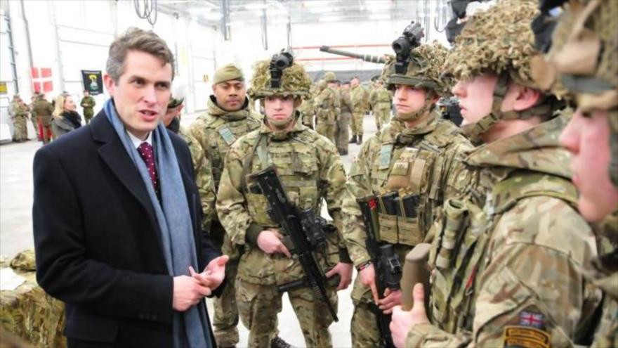 Ministro británico de Defensa amenaza con derrocar a Theresa May