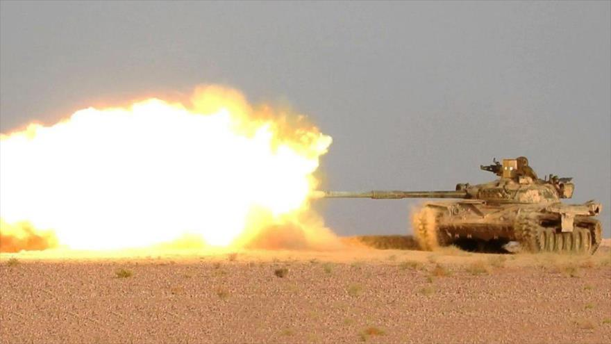 Un tanque del Ejército sirio dispara contra las posiciones terroristas de Daesh cerca de la ciudad de Abu Kamal, en provincia de Deir Ezzor.