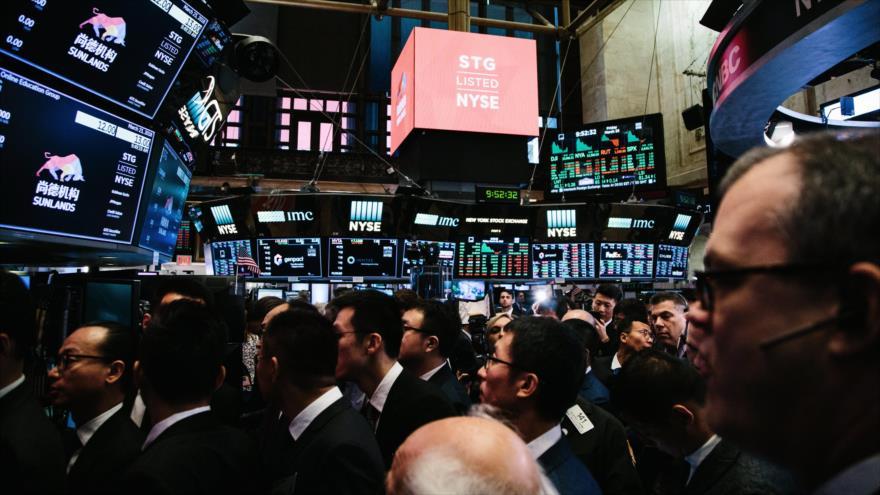 Agentes de bolsa trabajan en el piso de la Bolsa de Nueva York, Estados Unidos, 23 de marzo de 2018.