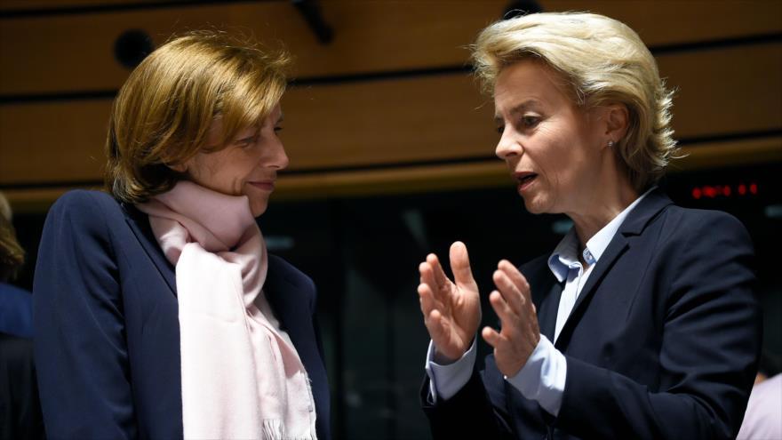La ministra gala de Defensa, Florence Parly (izq.), habla con su par alemana, Ursula von der Leyen, en una ceremonia en Luxemburgo, 25 de junio de 2018.