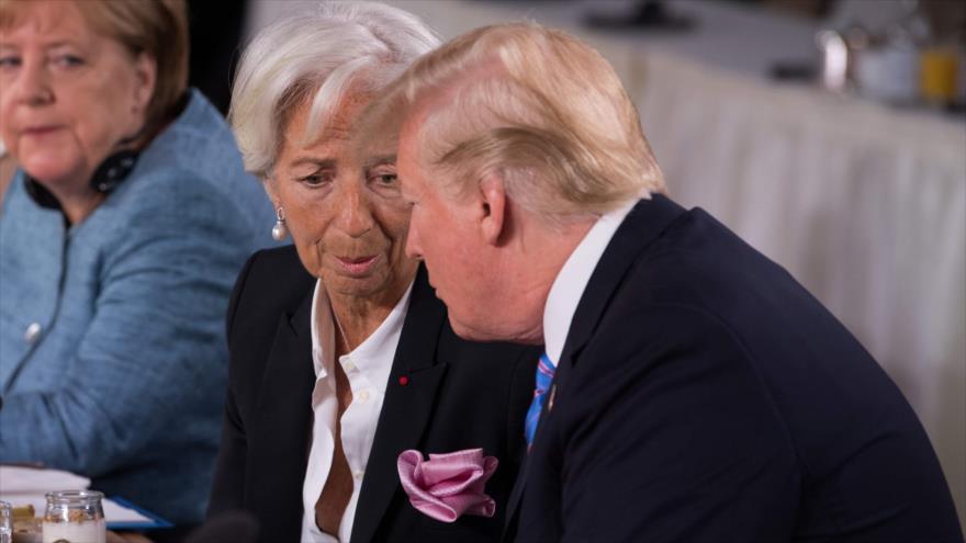 La directora gerente del FMI, Christine Lagarde (izq.), habla con el presidente de EE.UU., Donald Trump, en un evento en Quebec, 9 de junio de 2018.