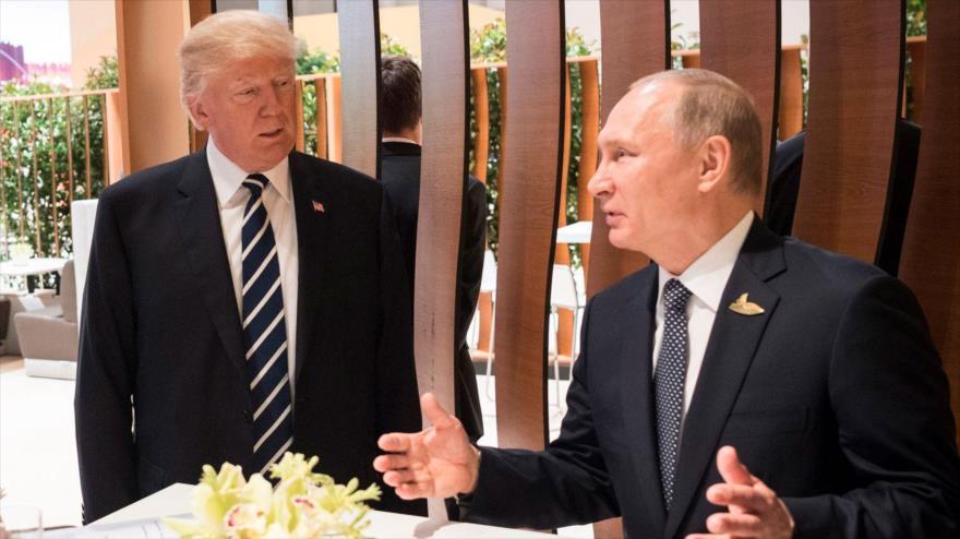 El presidente ruso, Vladimir Putin (dcha.), y su homólogo estadounidense, Donald Trump.