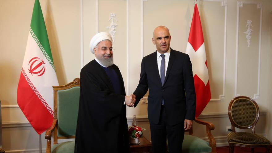 El presidente de Irán, Hasan Rohani (izda.), junto a su anfitrión y par suizo, Alain Berset, en un hotel de Zúrich, 2 de julio de 2018.