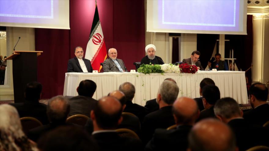 El presidente de Irán, Hasan Rohani (centro), en un encuentro con los ciudadanos iraníes residentes en Suiza, 2 de julio de 2018.