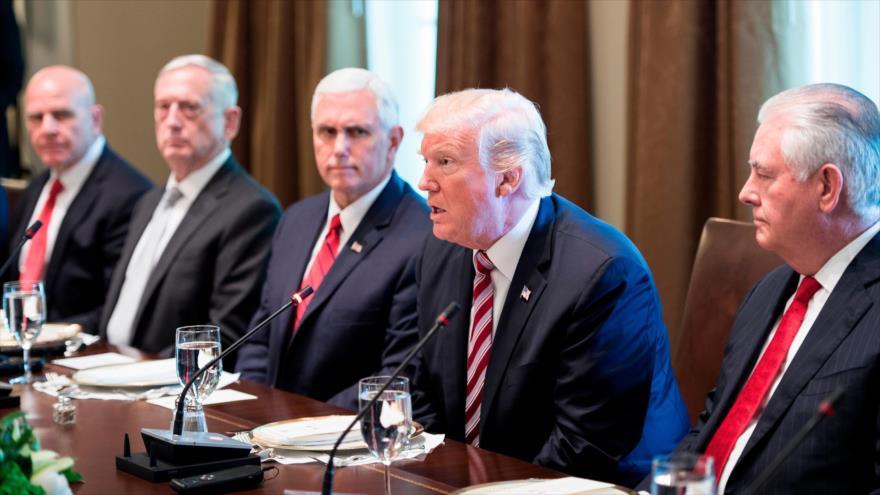 El presidente de EE.UU., Donald Trump (2º desde dcha.), habla en una sesión laboral en la Casa Blanca, 7 de septiembre de 2017.