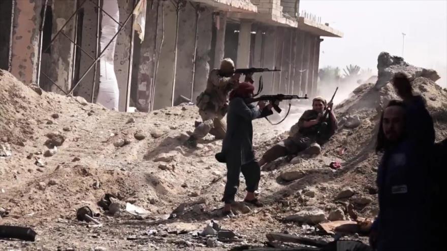 Los integrantes del grupo terrorista EIIL (Daesh, en árabe) atacan las posiciones del Ejército sirio.
