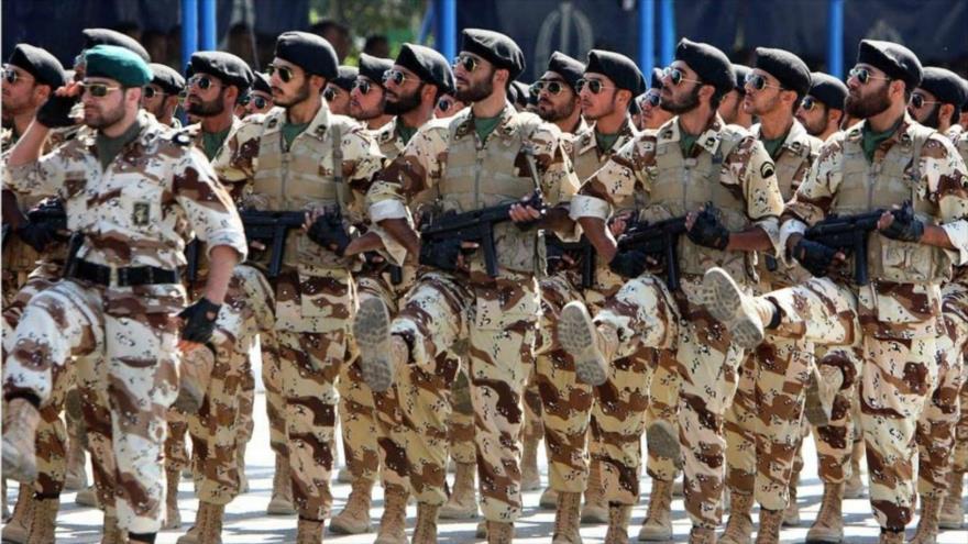 Las Fuerzas Terrestres del Cuerpo de Guardianes de la Revolución Islámica (CGRI) de Irán realizan un desfile militar.