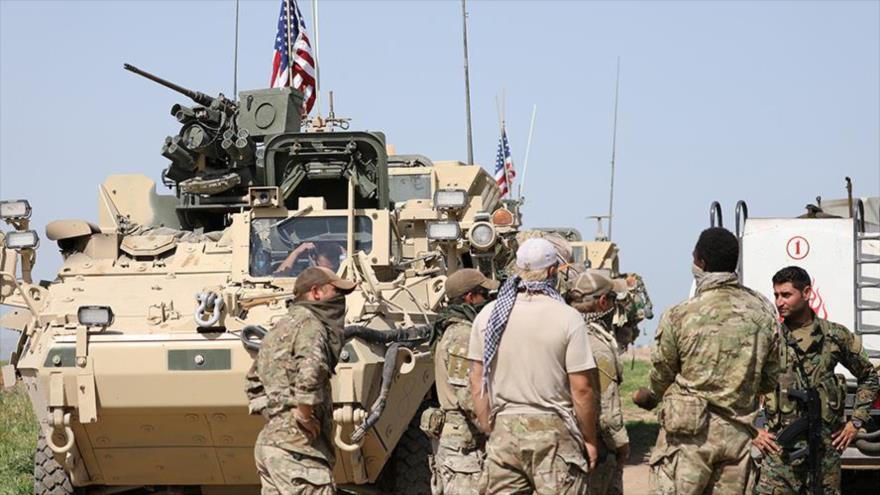 Combatientes de las llamadas Fuerzas Democráticas Sirias (FDS) y soldados estadounidenses en la provincia de Deir Ezzor.