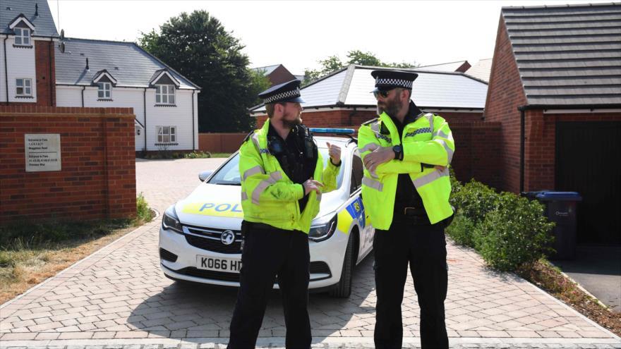 Policías británicos vigilan una zona en Amesbury donde una pareja fue hallada inconsciente por entrar en contacto con un veneno, 5 de julio de 2018.