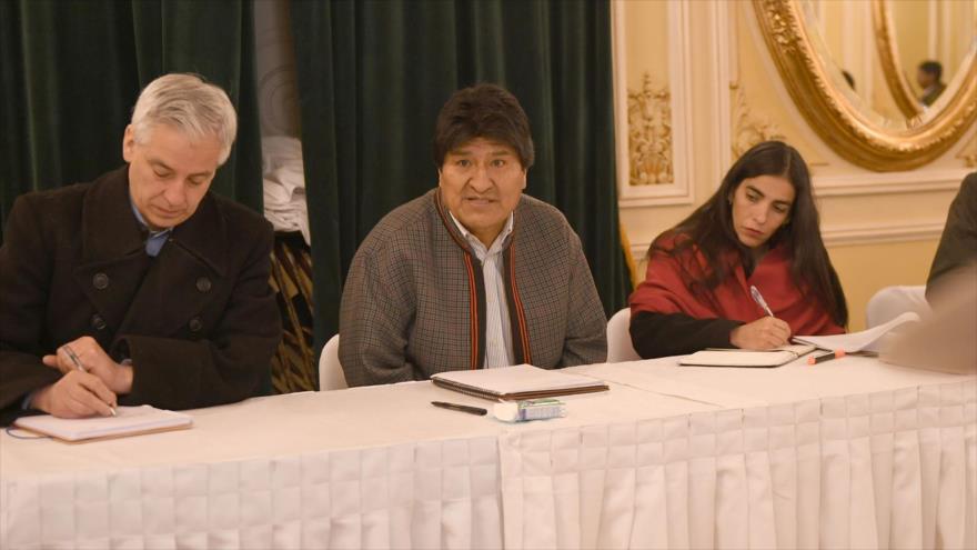 El presidente de Bolivia, Evo Morales (C), durante una reunión en el Palacio de Gobierno en La Paz, 3 de julio de 2018.