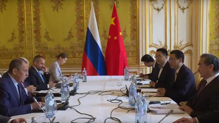 El canciller ruso, Serguei Lavrov (izda.), se reúne con su par chino, Wang Yi (dcha.), en Viena, 6 de julio de 2018.