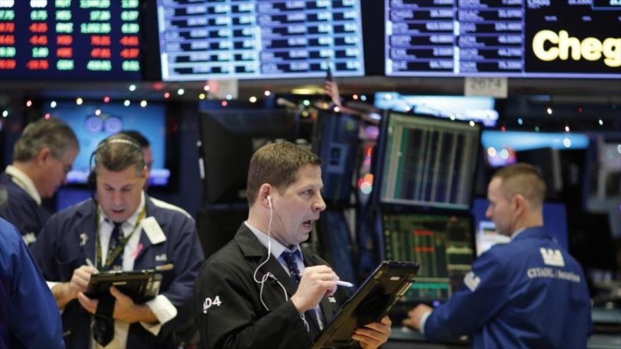 Los comerciantes de petróleo trabajan en el piso de la Bolsa de Valores de Nueva York (EE.UU.).