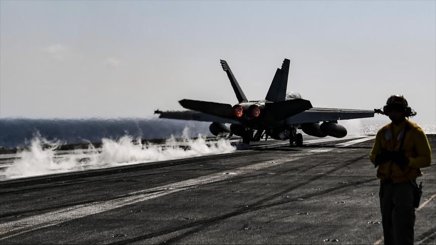 Un caza F18 Hornet de EE.UU. despega de del portaaviones USS Harry S. Truman en el mar Mediterráneo, 8 de mayo de 2018.