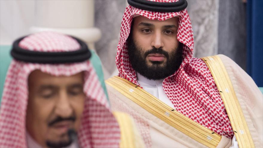 El rey saudí, Salman bin Abdulaziz Al Saud (izda.), y el príncipe heredero, Muhamad bin Salman, en una reunión en Riad, 11 de junio de 2018.