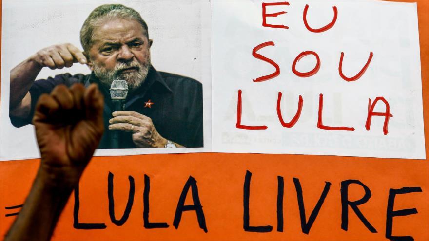 Simpatizantes del expresidente brasileño Luiz Inácio Lula da Silva portan carteles con su foto en una manifestación en Sao Paulo, 11 de abril de 2018.