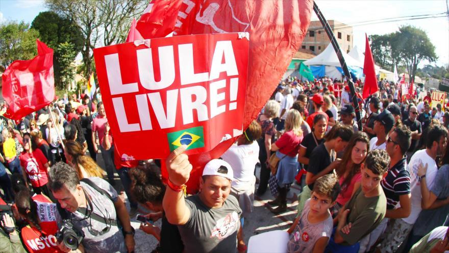Cientos de brasileños exigen frente a cárcel la libertad de Lula