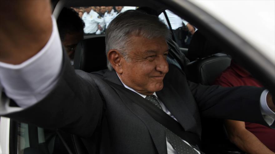 El presidente electo de México, Andrés Manuel López Obrador, saluda desde el coche tras reunirse con su predecesor, 3 de julio de 2018.