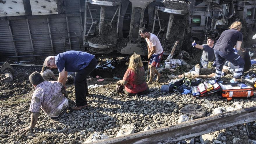 Los equipos de rescate ayudan a heridos después de un accidente de tren en la ciudad turca de Tekirdag, 8 de julio de 2018.
