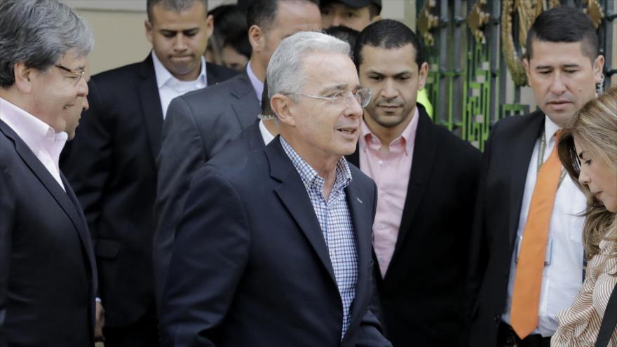 El exmandatario colombiano y actual senador Álvaro Uribe (C) llega a una mesa electoral en Bogotá durante las presidenciales, 17 de junio de 2018.