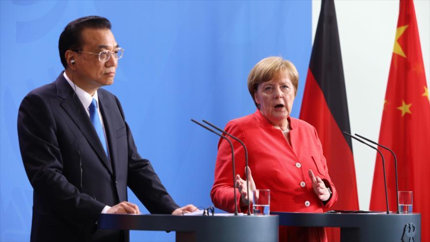 El premier chino, Li Keqiang, y la canciller alemana, Angela Merkel, participan en una rueda de prensa conjunta en Berlín (capital germana), 9 de julio de 2018.