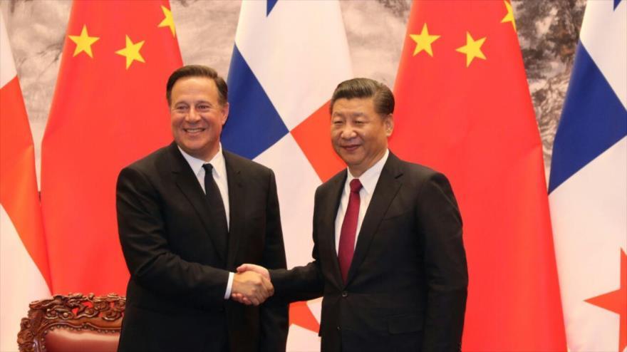 Los presidentes de China, Xi Jinping (dcha.) y de Panamá, Juan Carlos Varela, se estrechan la mano durante una visita en Pekín, la capital china, 17 de noviembre de 2017.