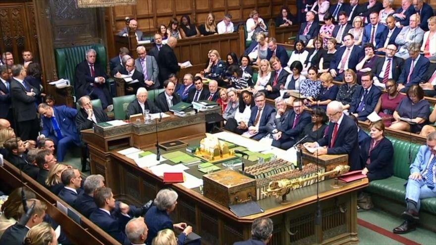 Jornada caótica para premier británica por perder a dos ministros
