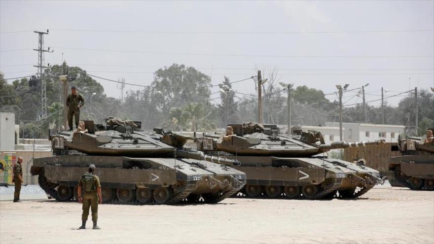 Soldados israelíes en tanques están estacionados a pocos kilómetros de la frontera con la Franja de Gaza.