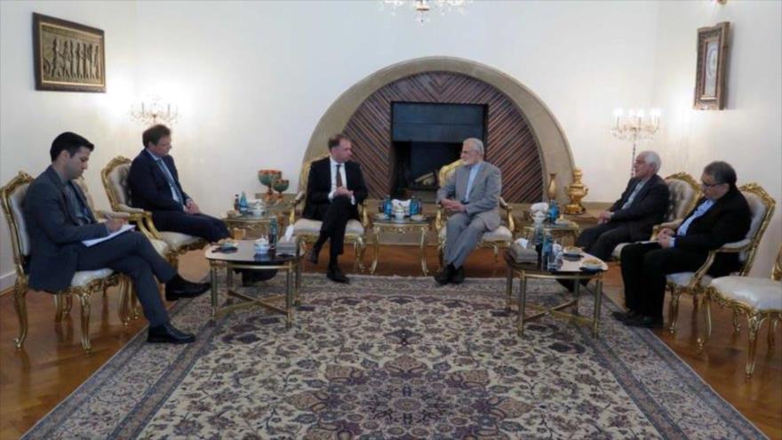 El presidente del Consejo Estratégico de Relaciones Exteriores de Irán (3º a la drch.) se reúne con el ministro adjunto de Exteriores de Alemania, 10 de julio de 2018.