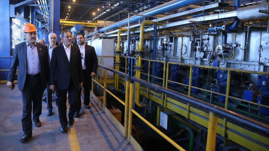 El primer viceministro de Irán, Eshaq Yahanguiri, (centro) durante la explotación de un proyecto industrial en Isfahán, 10 de julio de 2018.