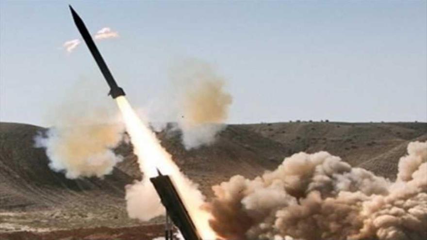 Fuerzas yemeníes lanzan misil balístico contra mercenarios saudíes