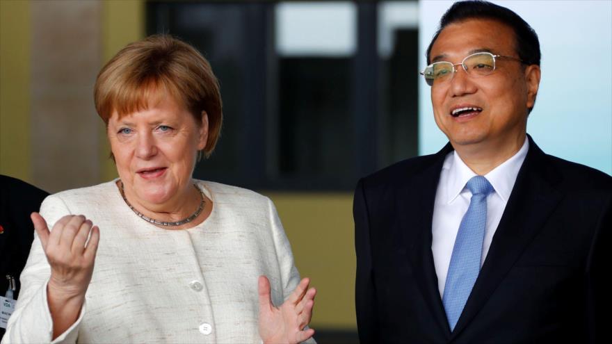 La canciller alemana Angela Merkel (izda.) y el primer ministro chino Li Keqiang llegan a un acto en Berlín (capital de Alemania), 10 de julio de 2018.