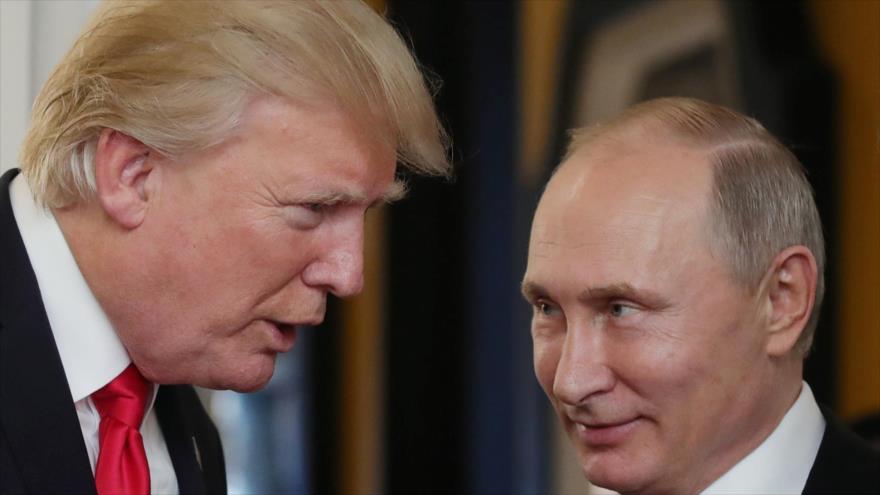 El presidente de EE.UU., Donald Trump (izda.), conversa con su homólogo ruso, Vladimir Putin, en ciudad vietnamita de Danang, 11 de noviembre de 2017.