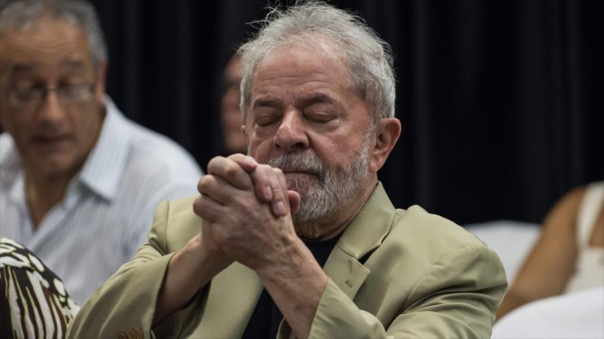 El expresidente brasileiro Luiz Inácio Lula da Silva hace un gesto en un acto en Sao Paulo, 16 de marzo de 2018.