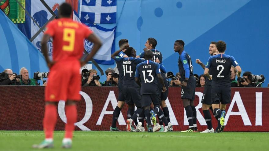 Los jugadores de Francia festejan su primer gol ante Bélgica en las semifinales de la Copa Mundial, 10 de julio de 2018.