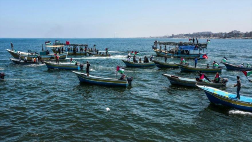 Activistas escoltan un buque que transporta a estudiantes palestinos y heridos desde el puerto de Gaza, 10 de julio de 2018.