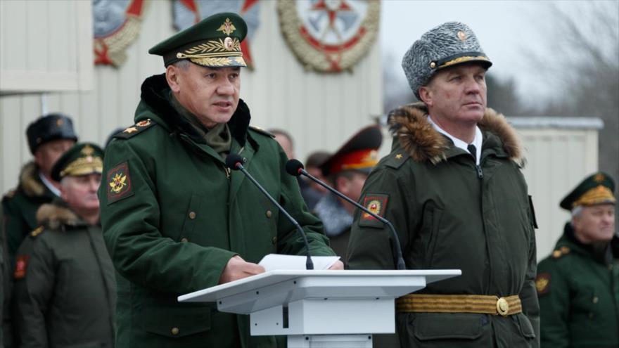 El ministro de Defensa de Rusia, Serguéi Shoigú, ofrece un discurso a los efectivos rusos en una parada militar.