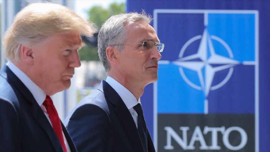 El presidente de EE.UU., Donald Trump (izda.), acompaña al secretario general de la OTAN, Jens Stoltenberg, en Bruselas, 11 de julio de 2018.