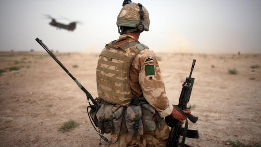Un paracaidista británico observa el aterrizaje de helicópteros del Reino Unido en Afganistán.