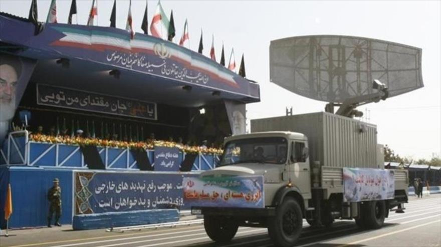 Sistema de radar 'Kashef 1' de fabricación iraní en un desfile militar en Teherán.