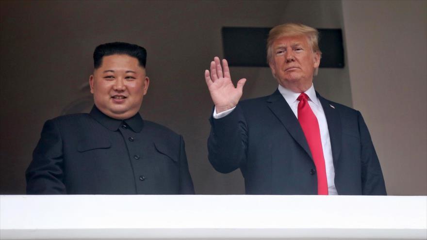 El líder de Corea del Norte, Kim Jong-un (izq.), y el presidente de los EE.UU., Donald Trump, Singapur, 12 de junio de 2018.